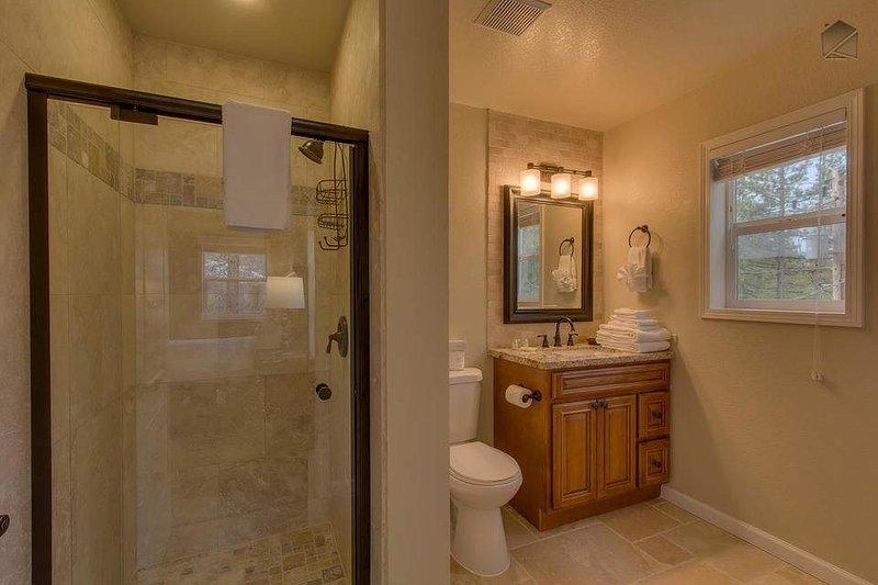 Gäst master badrum (2: a våningen) med duschkabin