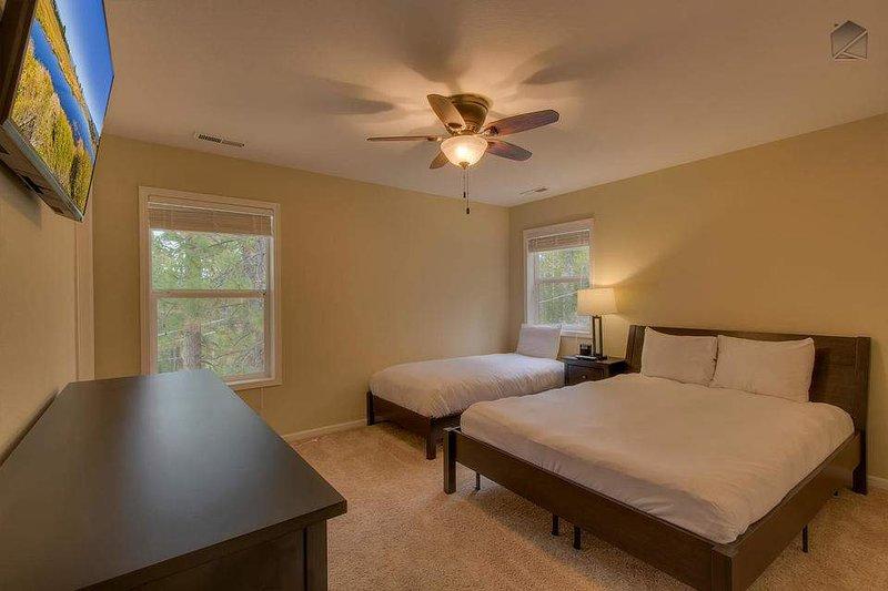 Gäst sovrum # 6 (3: e våningen) har en drottning plus en dubbel (sover 3) med en platt-TV