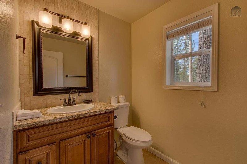 Det finns en halv badrum på första våningen för gästrum # 5