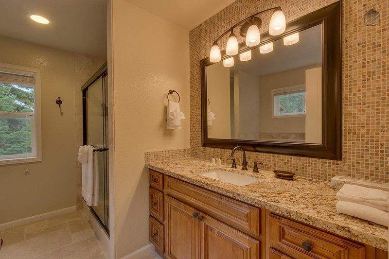 Master badrum (3: e våningen, privat till sovrummet) med duschkabin och bubbelbad