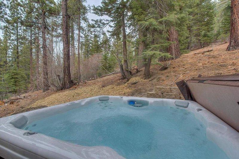 Njut av lugnet och lugnt läge från 5 person hot tub