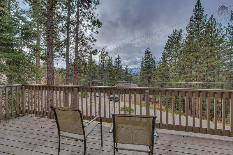 Det stora sovrummet har sin egen balkong med fantastisk utsikt över bergen