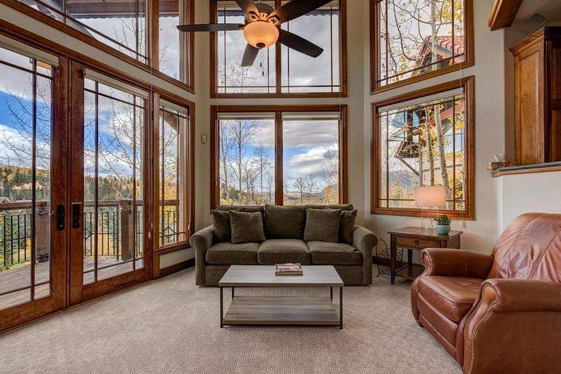 All das natürliche Licht und hohe Decken ergänzen die bequemen Sitzgelegenheiten im Wohnbereich.