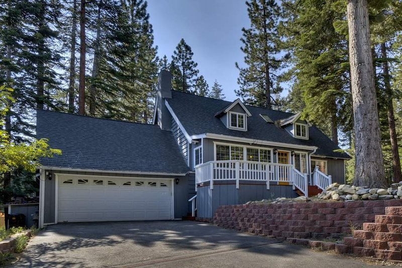 Lone Pine Lodge is located in a wooded neighborhood that's both quiet and central