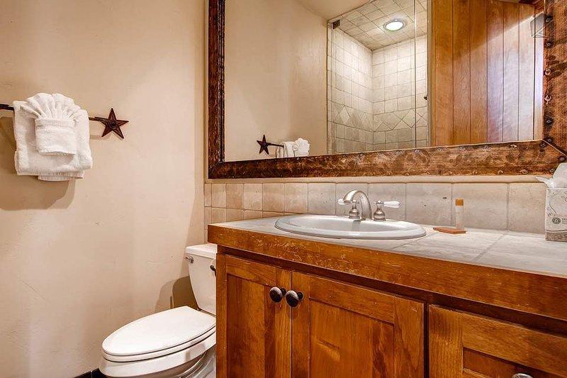 Este baño de nivel de entrada tiene una cabina de ducha.