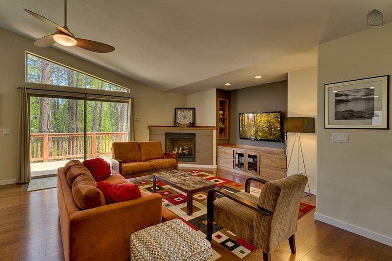 Rilassatevi nel salotto mentre godendo il camino a gas, grande schermo TV, o le serene viste ad albero fuori dalla finestra