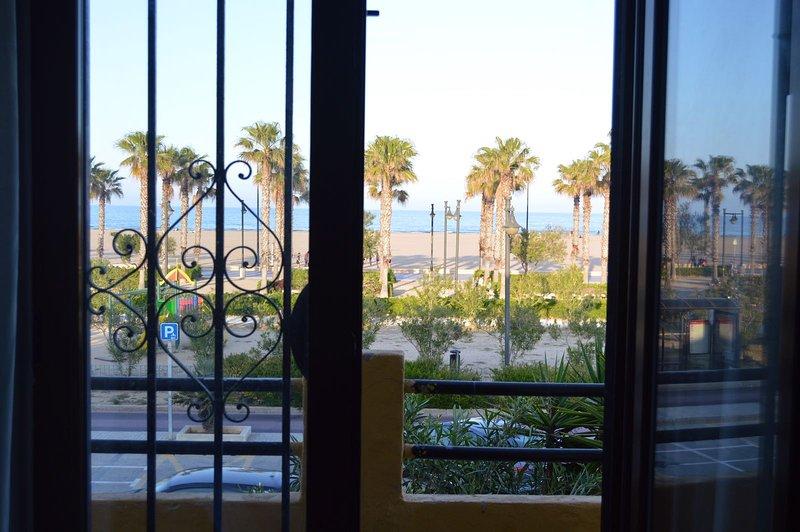 Vistas al mar desde 2 de los 3 dormitorios de la casa y desde la sala con sofá cama doble.