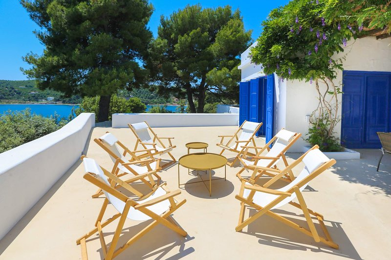 Beachfront Villa with Semi-Private Sandy Beach, holiday rental in Kanapitsa