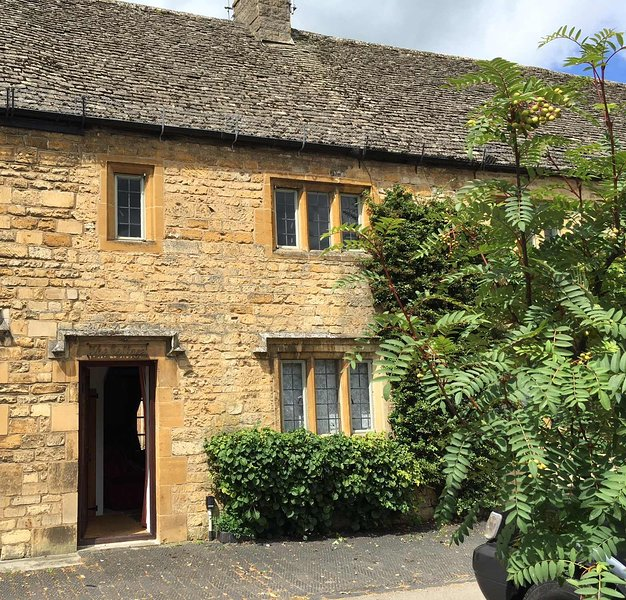 Charming Cotswolds Cottage, High Street, Moreton in Marsh, vacation rental in Aston Magna