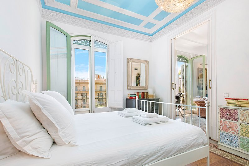Chic master bedroom with double shower, walk-in closet and views to Rambla Catalunya