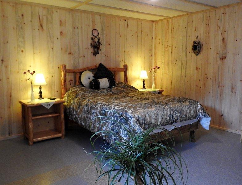 Yurt Cabin | Alternate queen bed layout.