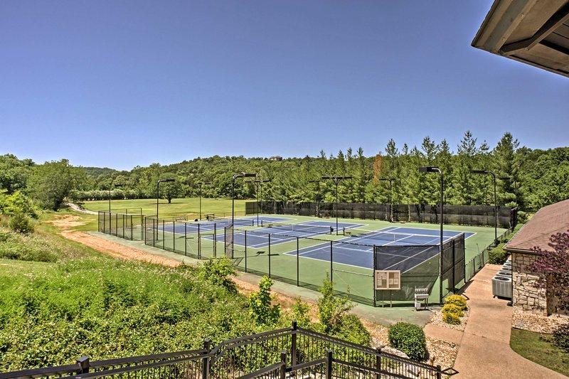 Las comodidades del Stonebridge Resort incluyen piscinas, jacuzzi, tenis, voleibol y más.