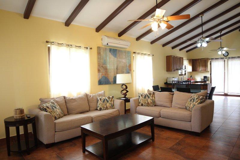 hermosa casa amueblada con concepto abierto salón