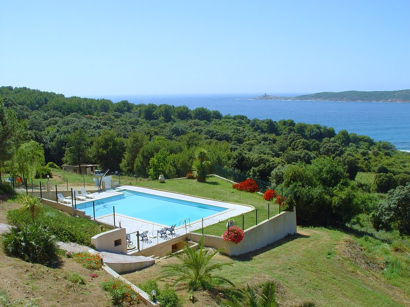 Joli studio tout confort 2 personnes en résidence 3 * avec piscine, belle vue sur mer, au calme.