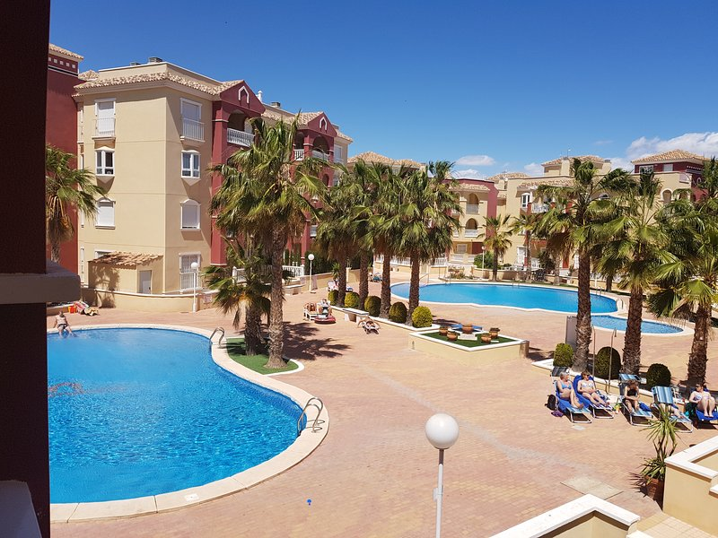 Puerto Marina modern, comfortable, pool views, aircon, internet and English TV, Ferienwohnung in Los Alcazares