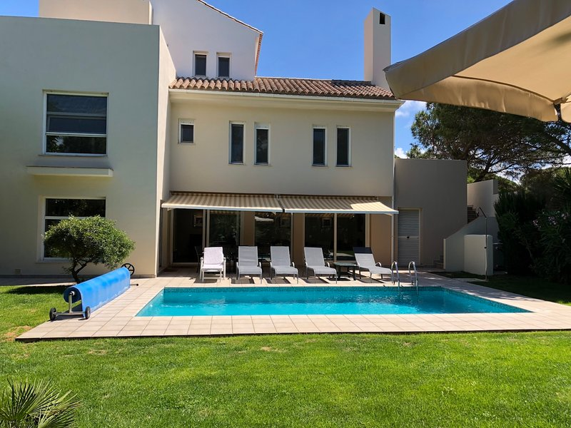 I momenti di relax con un tuffo nella vostra piscina privata, ampia terrazza solarium e giardino privato