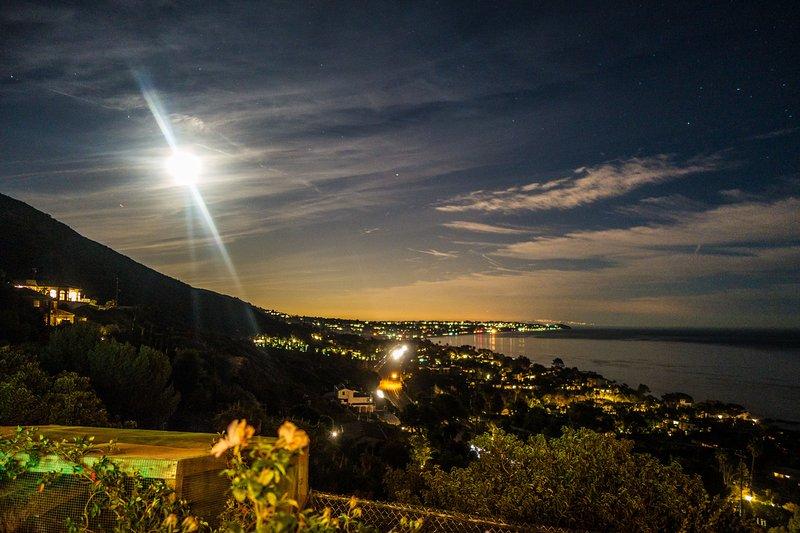 Mirando hacia el sur de Point Dume en una noche de luna llena.
