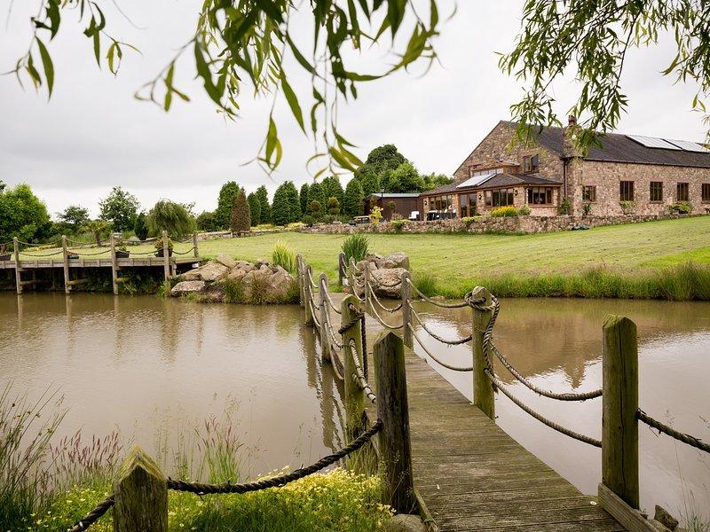 Vista hacia la propiedad y la ubicación junto al lago