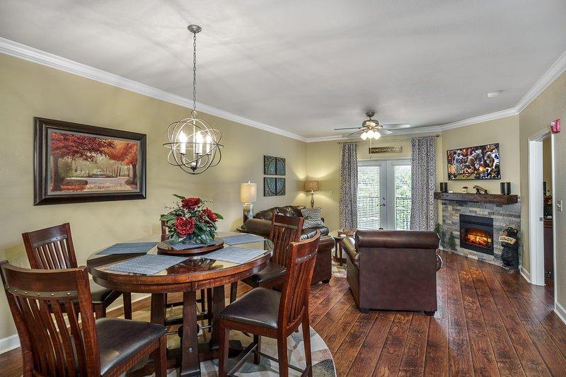 Amplia zona de sala de estar con todos los muebles de cuero, chimenea y TV inteligente de pantalla plana