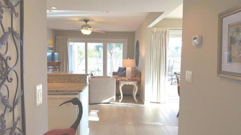 Vista desde la puerta de entrada de 2903 villa. Puertas correderas de 9 pies al patio envolvente desde la sala de estar y el comedor.