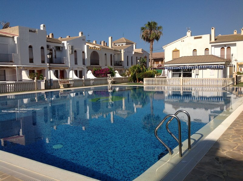 Delightful family villa in secure gated community with large pool, holiday rental in Puerto de Mazarron