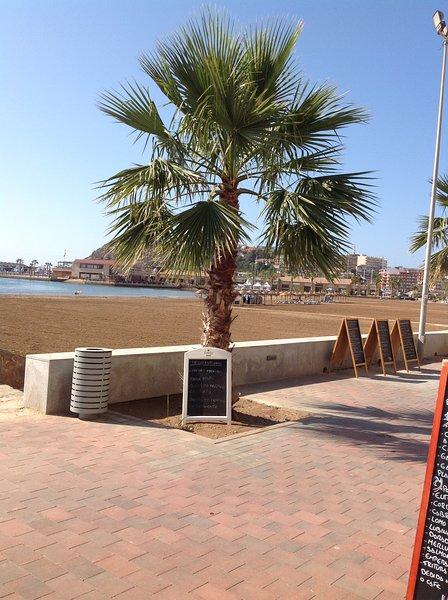 Vue de passage à la plage et le port de plaisance