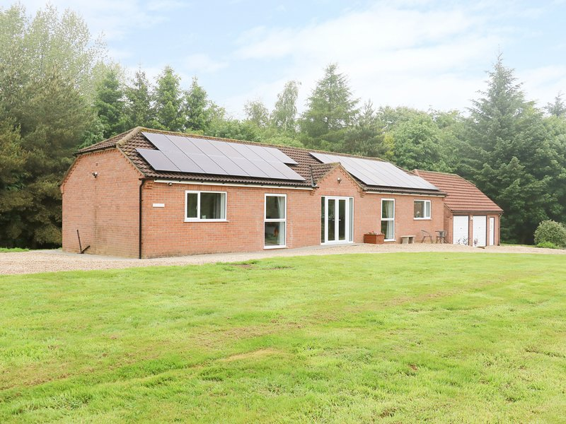 HERON LODGE, spacious, luxury, woodland setting., holiday rental in Raithby