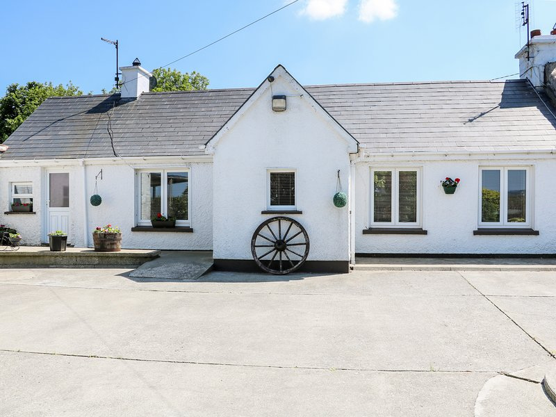 WHISPERING WILLOWS - THE BUNGALOW, semi-detached, WiFi, open fire, Carndonagh, holiday rental in Carndonagh