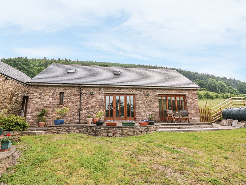 THE BARN, enclosed garden, farmyard, hillside views, near Abergavenny, Ferienwohnung in Gilwern