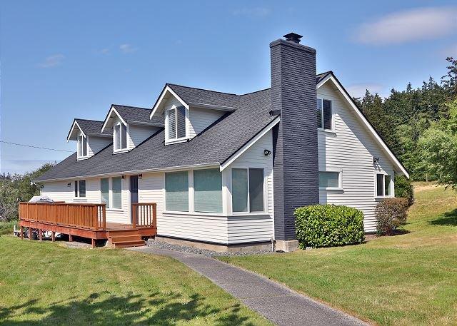 Seaside-style modern farmhouse overlooking Useless Bay (5 bed, 2 bath) - 265, location de vacances à Langley