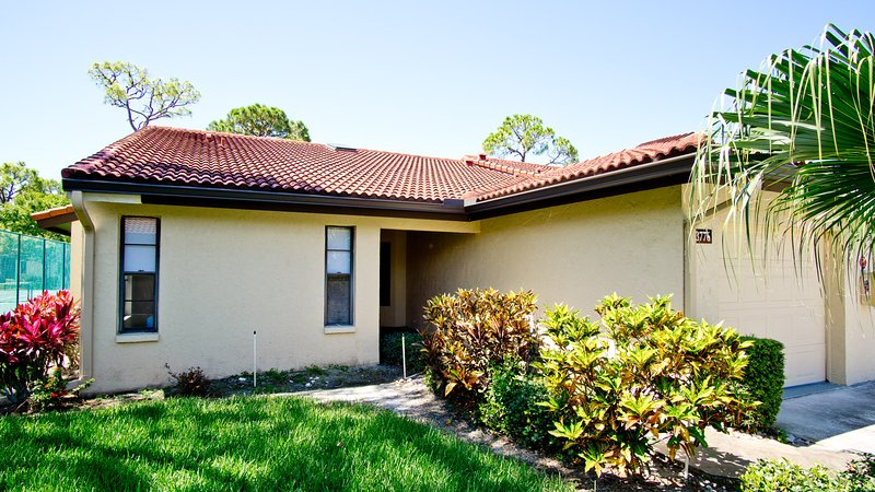 Gorgeous, Gut-Renovated Villa in Village Des Pins, Sarasota, 2BR 2 BD sleeps 4-6, holiday rental in Sarasota