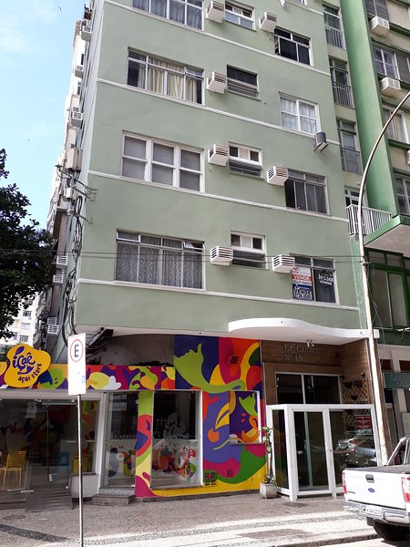 A cozy apartment with ocean views in the heart of Copacabana! Only 100 m walk from the beach