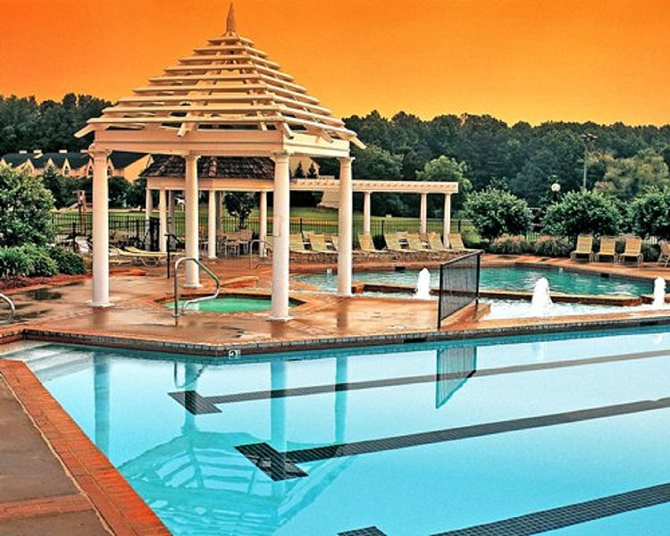 2 BDRM~ HISTORIC POWHATAN~INDOOR & OUTDOOR POOLS/HOT TUBS/ NEAR BUSCH GARDENS, alquiler de vacaciones en Williamsburg