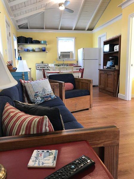 Cute Vintage Cottage, 5 min Walk to Beach (1/4 Mile), 15 min to Pier, Sleeps 4-6, aluguéis de temporada em Ocean Park