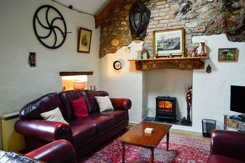 Offene Lounge mit original alten landwirtschaftlichen Geräten den Charakter des Hauses am Leben zu erhalten