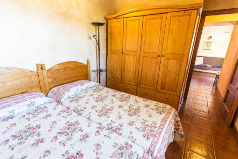 Slaapkamer met 2 bedden tegen elkaar