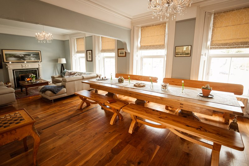 14 Wolfe Tone Square is an exclusive townhouse for your luxury West Cork Holiday, alquiler vacacional en Glengarriff