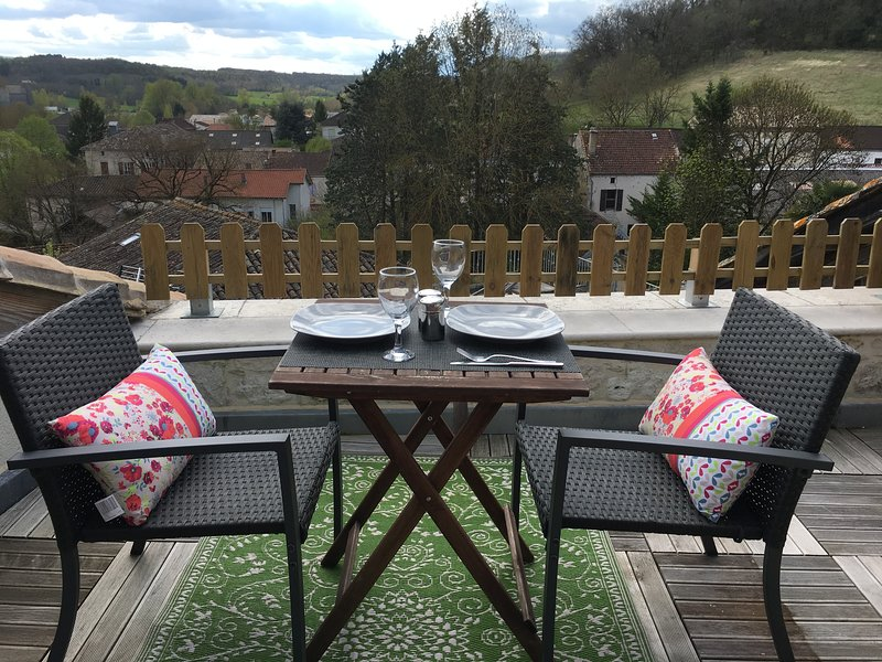 Le Gite Maison Bleu- Beautiful 2 bedroom house with roof terrace for holiday let, holiday rental in Tournon-d'Agenais