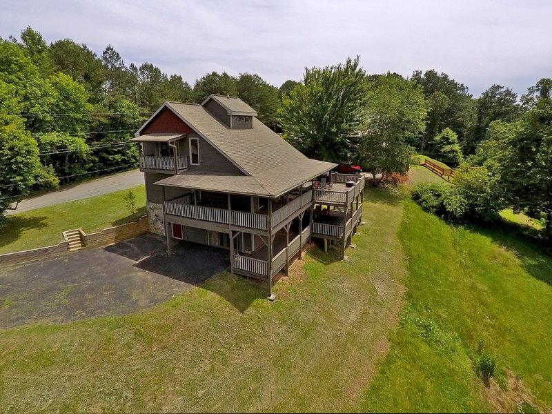 Birds Eye View Cabin has an amazing game room & decks you can see for miles from, holiday rental in Ellijay