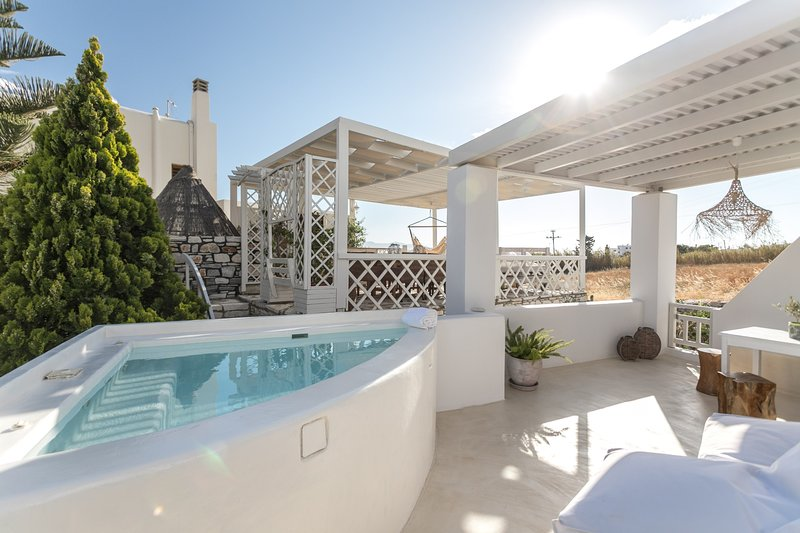 GRAND DELUXE SUITE WITH OUTDOOR JACUZZI | THALIA, holiday rental in Agkidia