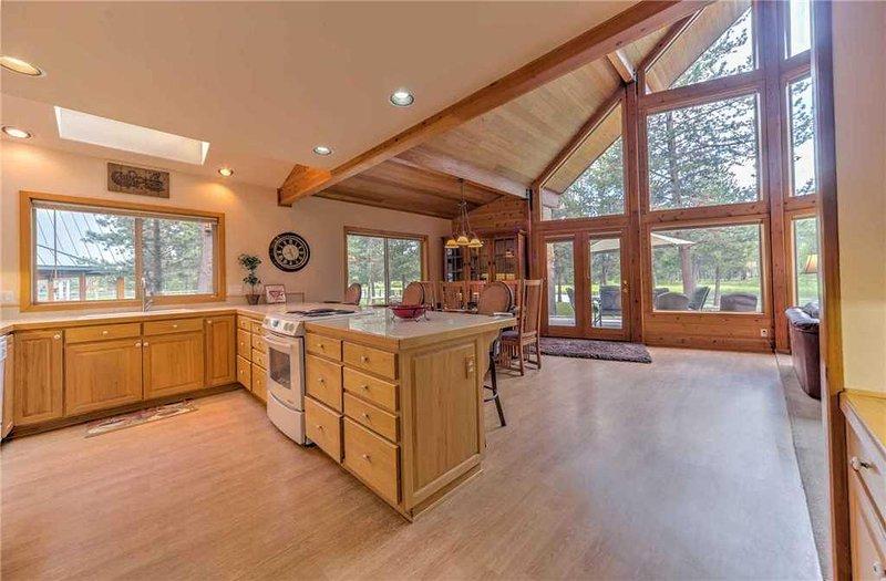 Sunriver-Vacation-Rental---55905-Wood-Duck---Kitchen-2