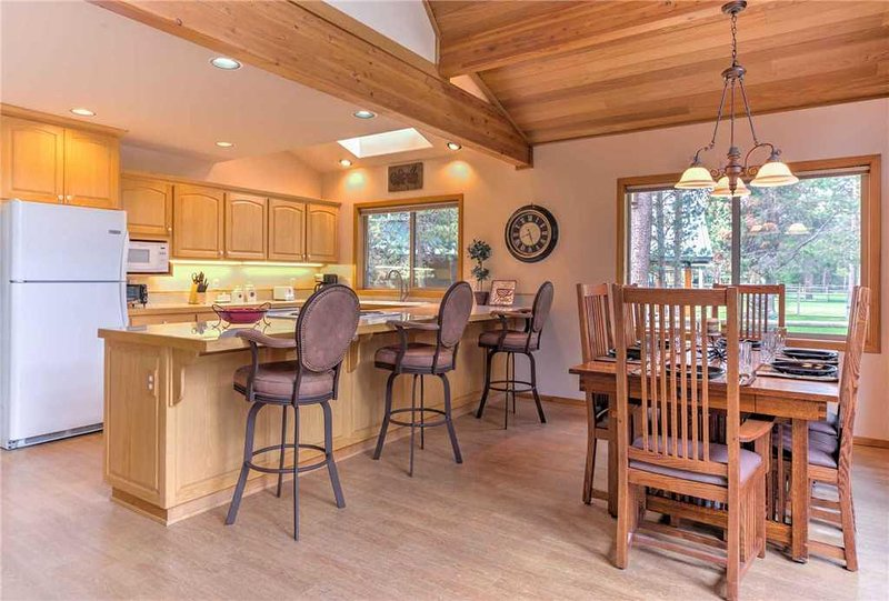 Sunriver-Vacation-Rental---55905-Wood-Duck---Dining-to-Kitchen