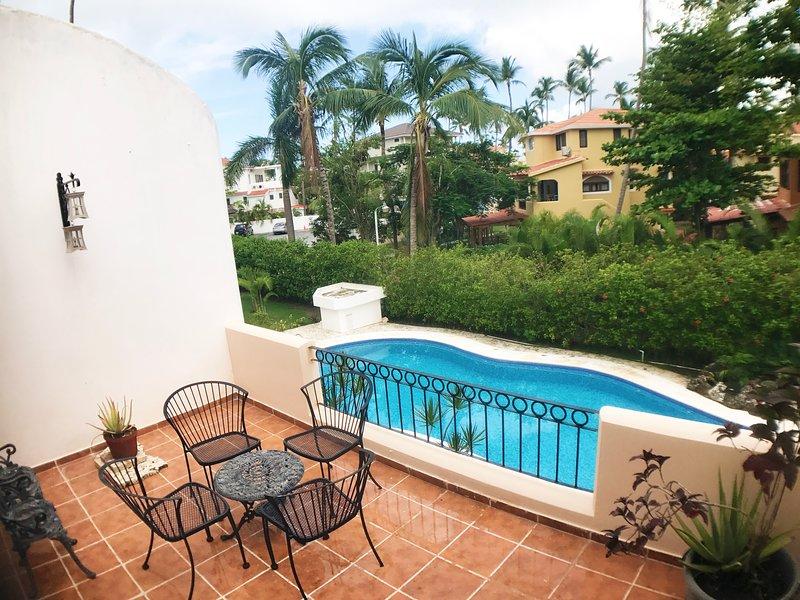 Patio extérieur avec vue sur la piscine