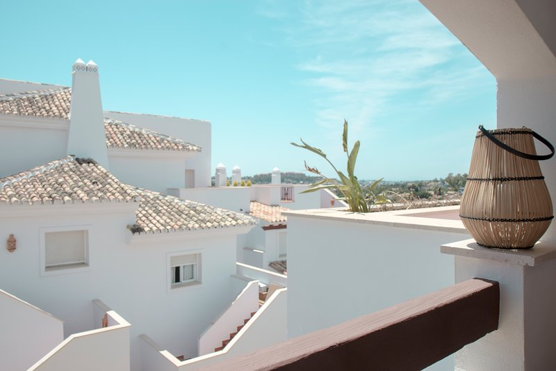 Stylish, fresh, and spacious., alquiler de vacaciones en Nueva Andalucia