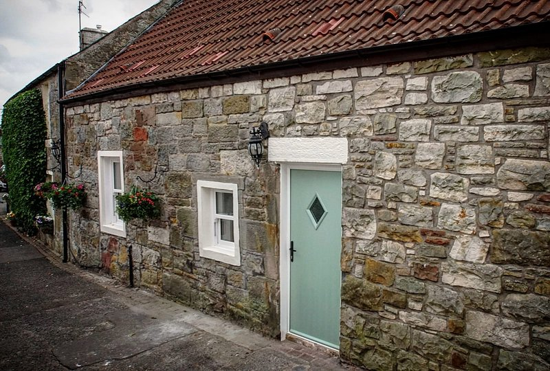 Stylish, modern cottage with wood fired hot tub in central Scotland. Sleeps 4, holiday rental in Rumbling Bridge
