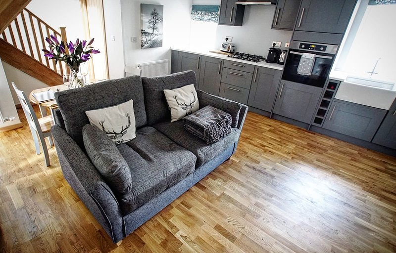 Stylish, modern cottage with wood fired hot tub in central Scotland. Sleeps 4, casa vacanza a Fossoway