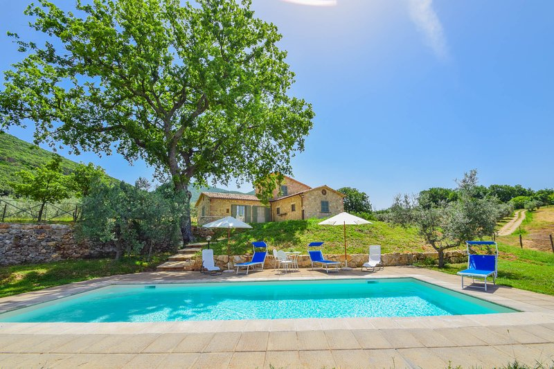 House with private pool & fenced garden 3km from Montecchio, location de vacances à Civitella del Lago