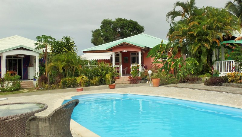 Amazing house with shared pool, location de vacances à Petit-Canal