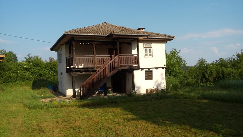 Villa Dragia, 150 years old authentic Bulgarian House, location de vacances à Vrabtsite