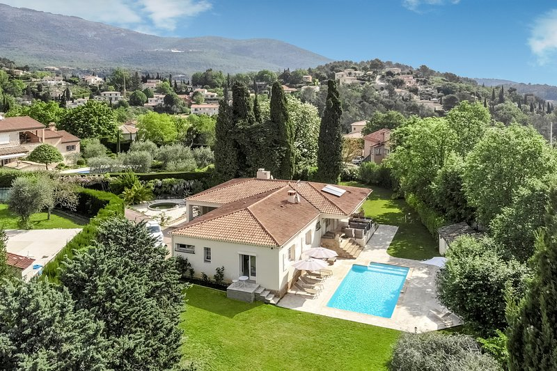 luxury villa with heated swimming pool on 2500 m2 land, location de vacances à Grasse